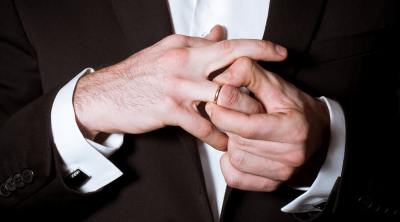 Признаки симпатии женатого мужчины