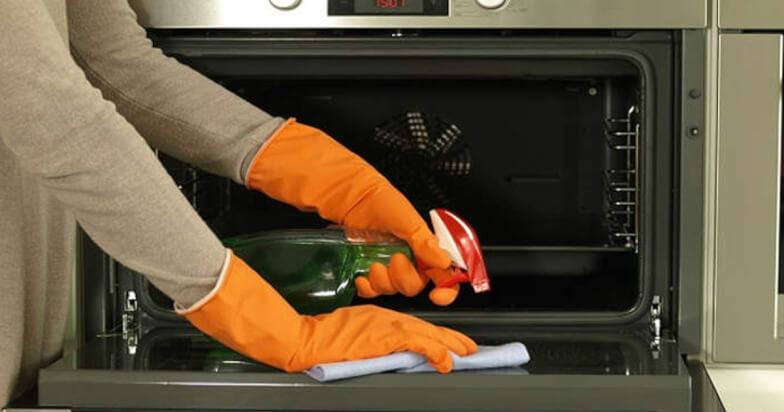 Чем отмыть духовку от пригоревшего жира народными средствами